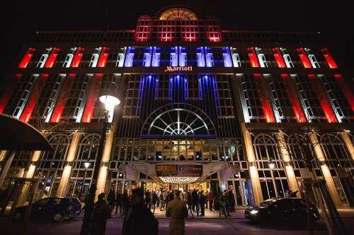 Festlich in rot-weiss-blau beleuchteter Eingang des Vienna Marriott