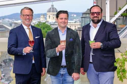v.l.n.r Horst Mayer (Direktor Grand Hotel Wien), Paul Rittenauer (Gastronom), Peter Sverak (Mitveranstalter) auf der Dachterrasse mit Blick Richtung Karlsplatz