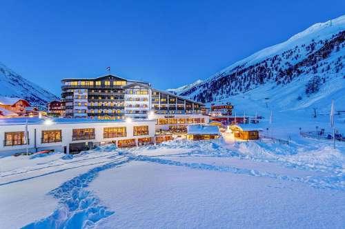 Winterliche Außenansicht nachts im Alpen-Wellness Resort Hochfirst