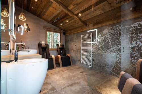 Badezimmer des Baumhauses mit Infrarot-Liegen zum Entspannen