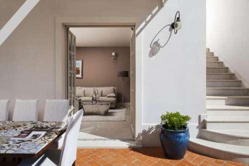 Blick von der Terrasse ins Wohnzimmer im Hotel Borghetto die San Antonio