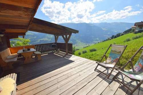 Die Waldhütte Wachterhof ist mitten in der Natur gelegen - im Bild die Holzterrasse mit zwei Liegestühlen