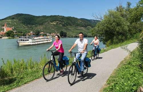 Radeln am Donauradweg - MS Primadonna im Hintergrund