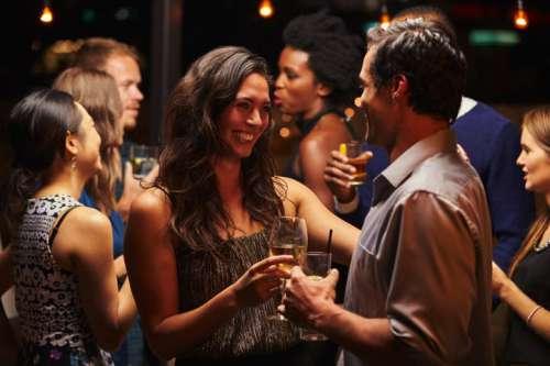 Kennenlernen im Hotel Aviva - junge Leute mit Getränken