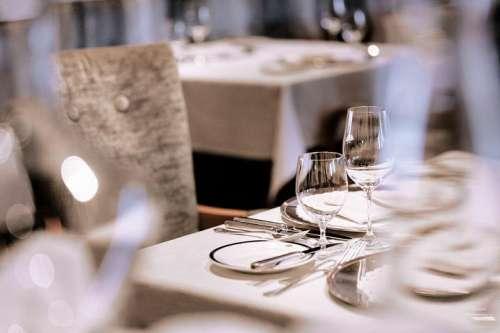 Festlich gedeckte Tische im Restaurant