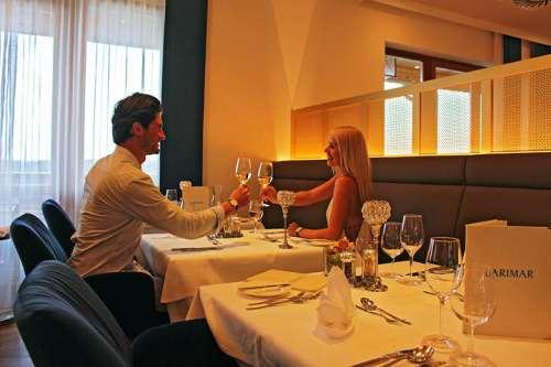 Ein junges Pärchen geniesst ein romantisches Dinner im neugestalteten Hotelrestaurant