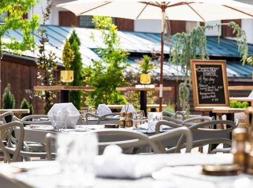 Kulinarik unter freiem Himmel auf der Restaurantterrasse