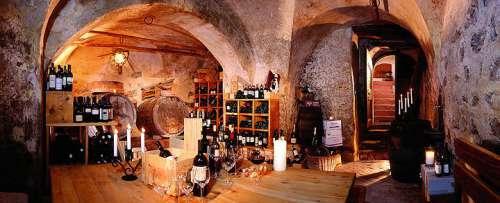 Blick in den schönen alten Weinkeller voller Köstlichkeiten