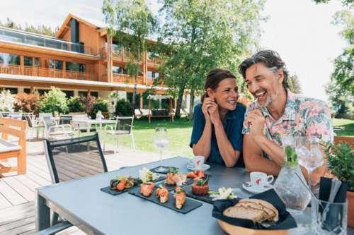 Pärchen beim kulinarischen Genuss auf der Terrasse