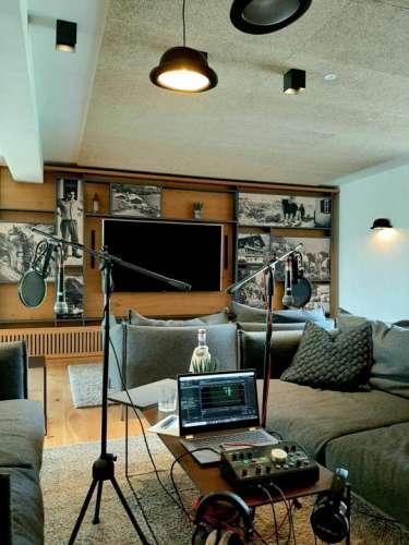 Podcast in der Bowlers Hat Bar - Mikrofon, Laptop und Mischpult als professionelles Setup
