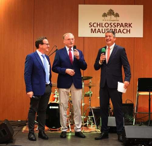 Schlosspark Mauerbach GF Dr.Schnabl und Hausherr Dr.Kaes auf der Bühne