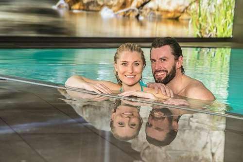 Ein Pärchen geniesst den Spass im Pool