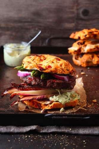 Ein köstlich aussehender California Burger Radiccio, Zwiebel, grünem Spargel garniert und Avocadomayonnaise