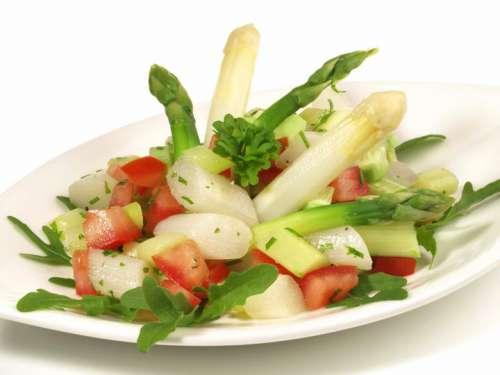 SPargelsalat mit weissen und grünem Spargel, Tomaten und Ruccula