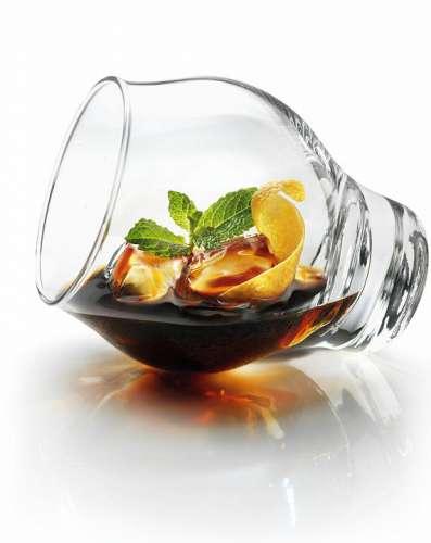 Liegendes Glas entsprechend dem beschriebenen Ritual mit Eis, Averna, Kräutern und Zitruszesten befüllt