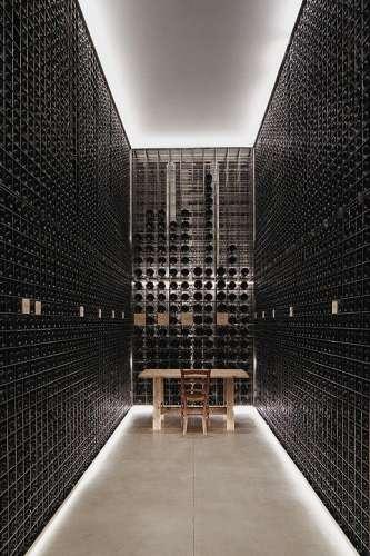 Der beeindruckende Weinkeller des Weinguts Masseto im Blgheri