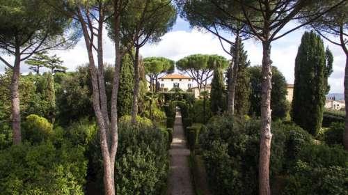 Die Villa der Tenuta Di Ghizzano inmitten des schönen Gartens