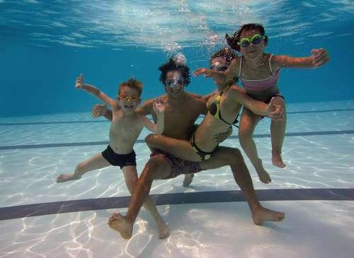 Eine Familie ist unter Wasser abgetaucht