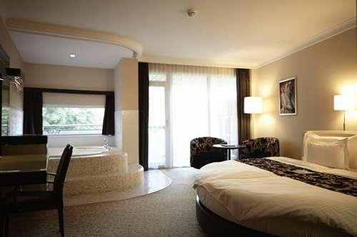 Blick in eine Suite mit extra-grosser Badewanne